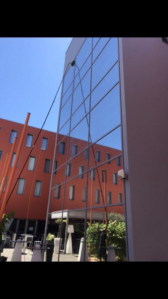 Nettoyage des vitres de l'hôtel Radisson Blu Hotel situé à Blagnac, DNA Propreté & Services