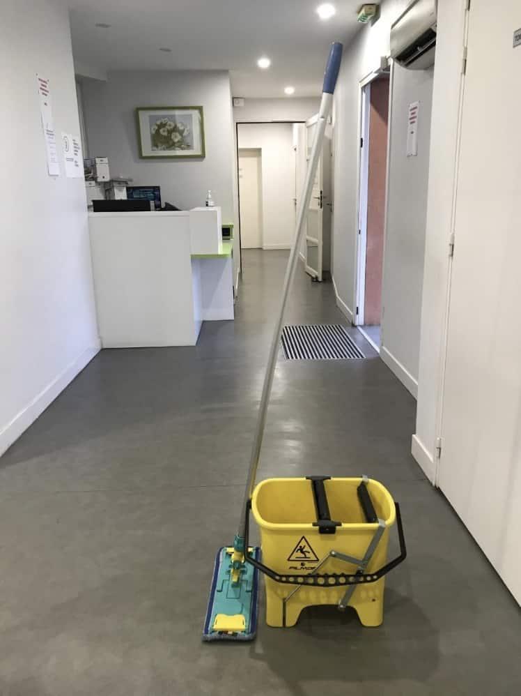 Nettoyage d'un hall à la serpillère